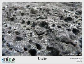 Le basalte est une roche volcanique issue du refroidissement des coulées de lave. L'accumulation de cette roche autour de points chauds est à l'origine de la formation des iles. Celui de l'ile de la Réunion est actif depuis 65 millions d'années et est aussi à l'origine du plateau volcanique des Trapps du Deccan qui serait l'une des causes probable de la disparition des dinosaures. Actuellement toujours actif, ce point chaud permet au volcan de la Fournaise d'entrer régulièrement en éruption et ainsi continue d'agrandir l'île de la Réunion.
